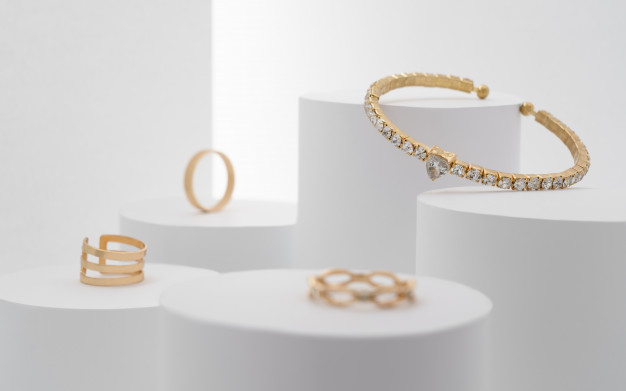 beautiful-precious-bracelet-with-diamonds-rings-collection-white-platforms_112112-275