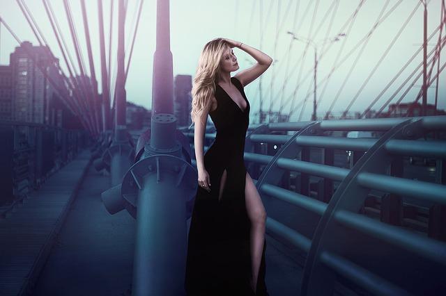 žena v dlouhých černých šatech