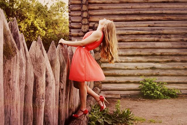 módní krátké šaty