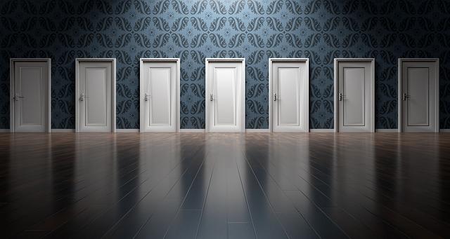 sedm bílých dveří