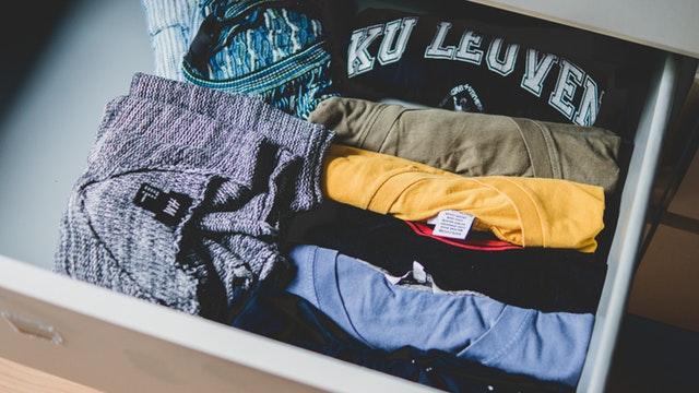 Šuplík s mnohými tričkami rôznych farieb