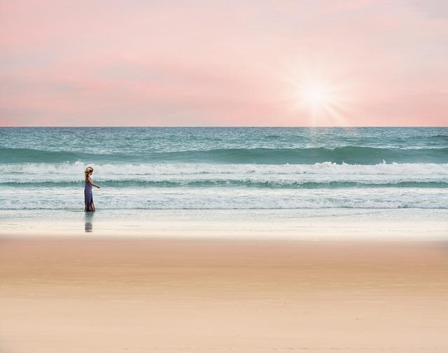 dievča n pláži pri západe slnka