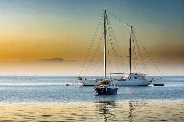 čln a jachta na mori