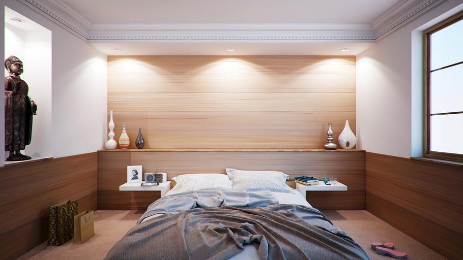 Spálňa s manželskou posteľou a soškami na poličkách.jpg