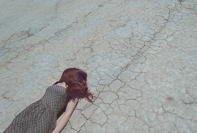 žena leží na ceste.jpg