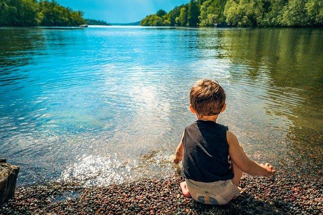 Chlapec pri vode